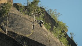 Lo scalatore fa l'ascesa stock footage
