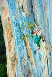 Lo scalatore femminile che prova a tenere la tenuta nell'ultimo sforzo per evitare profondo cade Immagine Stock Libera da Diritti