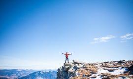Lo scalatore ha scalato la montagna Fotografie Stock
