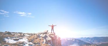 Lo scalatore ha scalato la montagna Immagini Stock Libere da Diritti