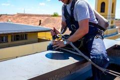 Lo scalatore industriale è prepara le sue corde Fotografia Stock Libera da Diritti