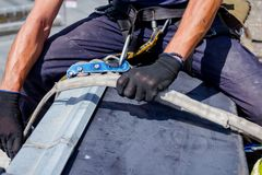 Lo scalatore industriale è prepara le sue corde Fotografia Stock