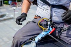 Lo scalatore industriale è prepara le sue corde Immagini Stock