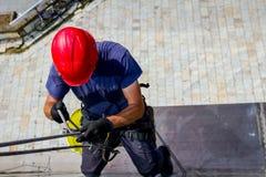 Lo scalatore industriale è prepara, regola le sue corde Immagini Stock Libere da Diritti