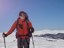 Lo scalatore passa attraverso la neve Fotografia Stock Libera da Diritti