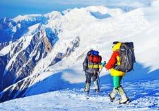 Lo scalatore raggiunge la cima del picco di montagna Scalata e mountaine Fotografia Stock