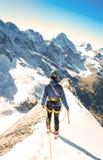Lo scalatore raggiunge la sommità del picco di montagna Scalata e mounta Immagine Stock
