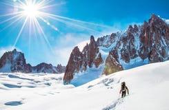 Lo scalatore raggiunge la sommità del picco di montagna Scalata e mounta Immagini Stock Libere da Diritti