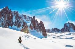 Lo scalatore raggiunge la sommità del picco di montagna Scalata e mounta Fotografie Stock Libere da Diritti