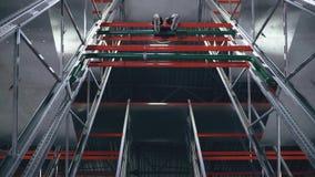Lo scalatore senza assicurazione sui rulli nel centro di logistica si siede sulla cima video d archivio