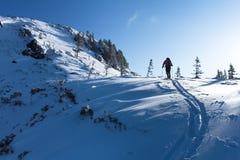 Lo scalatore su una cresta di montagna Fotografie Stock Libere da Diritti