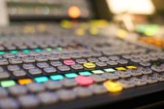 Lo scambista si abbottona in stazione televisiva dello studio, audio e video Productio Fotografia Stock Libera da Diritti