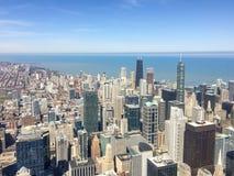 Lo scane della città di Chicago ha il fondo e cielo blu di lago Michigan Fotografia Stock Libera da Diritti