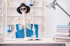 Lo scheletro dello studente che prepara per gli esami Fotografie Stock Libere da Diritti