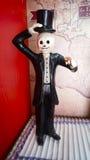 Lo scheletro elegante dell'uomo ha fatto di carta che tiene una pecora dello zucchero per il giorno della celebrazione morta Fotografia Stock