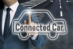 Lo schermo attivabile al tatto automatico collegato dell'automobile è azionato dall'uomo fotografie stock libere da diritti