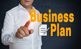 Lo schermo attivabile al tatto del business plan è azionato dall'uomo immagini stock