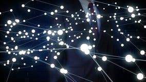 Lo schermo commovente dell'uomo d'affari, varia icona della tecnologia di sanità collega la mappa di mondo globale, punti fa la m illustrazione di stock