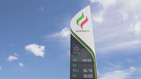 Lo schermo di Digital mostra il prezzo reale della benzina sotto cielo blu archivi video