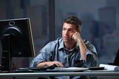 Lo schermo di sguardo professionale faticoso si è disturbato Fotografie Stock Libere da Diritti