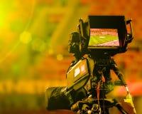 Lo schermo di visualizzazione LCD su un'alta cinepresa di televisione della definizione con il sole e la lente luminosi si svasa  immagine stock