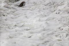 Lo schianto di rotolamento ondeggia sui ciottoli su una spiaggia a Clarence Drive, fra Kleinmond e la baia di Gordons, la Provinc immagini stock libere da diritti