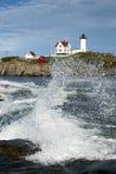 Lo schianto ondeggia al faro di Neddick del capo di Maine Immagini Stock