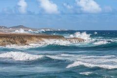 Lo schianto ondeggia all'ascensione Curacao di Boka fotografie stock libere da diritti