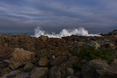 Lo schianto ondeggia sulla costa di Maine Fotografia Stock