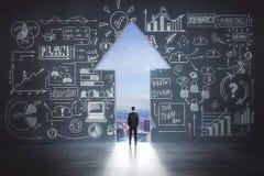 Lo schizzo e l'uomo d'affari di idea di affari in freccia escono immagini stock libere da diritti