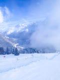 Lo sci pende nelle montagne dell'inverno di Les Houches Immagini Stock