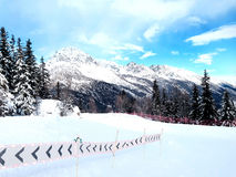 Lo sci pende nelle montagne della località di soggiorno dell'inverno di Chamonix-Mont-Blanc, alpi francesi Fotografia Stock