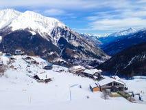 Lo sci pende nelle montagne della località di soggiorno dell'inverno di Courmayeur, alpi italiane Fotografie Stock Libere da Diritti