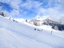 Lo sci pende nelle montagne della località di soggiorno dell'inverno di Les Houches, alpi francesi Immagini Stock