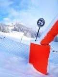 Lo sci pende nelle montagne della località di soggiorno dell'inverno di Les Houches, alpi francesi Fotografia Stock Libera da Diritti