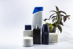 Lo sciampo, deodorante, lozione, profumo era fondo bianco contenuto fotografia stock