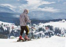Lo sciatore è su un pendio di alta montagna Fotografia Stock Libera da Diritti