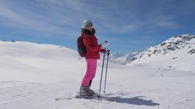 Lo sciatore caucasico sorridente della donna del ritratto sta sui pendii di Ski Resort video d archivio