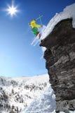 Lo sciatore che salta contro il cielo blu Fotografia Stock