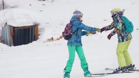 Lo sciatore e lo snowborder si rilassano alla stazione sciistica delle montagne video d archivio
