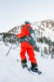 Lo sciatore Freerider discende dalla montagna alla luce Fotografie Stock