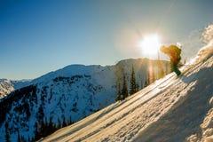 Lo sciatore Freerider discende dalla montagna alla luce della m. Fotografie Stock Libere da Diritti