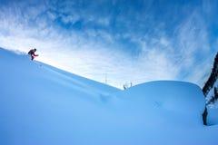 Lo sciatore Freerider discende dalla montagna alla luce della m. Fotografia Stock Libera da Diritti