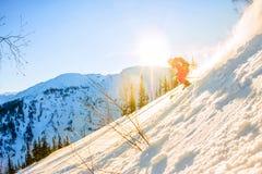 Lo sciatore Freerider discende dalla montagna alla luce della m. Fotografia Stock