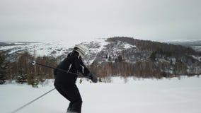 Lo sciatore gode del tempo perfetto idilliaco il giorno di inverno per la ricreazione che scia giù la pista governata fresca stock footage