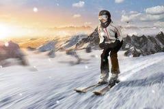 Lo sciatore guida in discesa con l'alta velocità Fotografia Stock