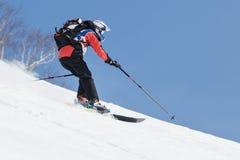Lo sciatore guida le montagne ripide Penisola di Kamchatka, Estremo Oriente, Russia Immagini Stock