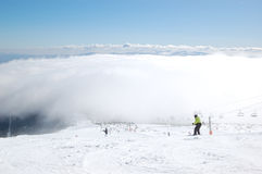 Lo sciatore guida su un pendio nella stazione sciistica di Strbske Pleso Fotografie Stock