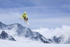 Lo sciatore salta nelle montagne Sport estremo dello sci Freeride Fotografie Stock
