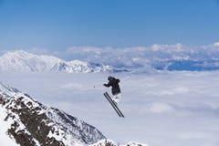 Lo sciatore salta nelle montagne Sport estremo dello sci Freeride Fotografie Stock Libere da Diritti